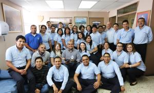 Pastor Alex López compañeros de oficina